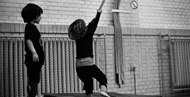 Kids an Seilen in der Sporthalle
