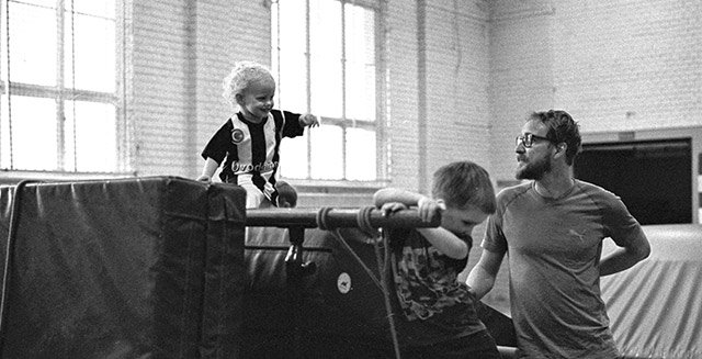 Kind auf Sportmatten Bewegungsbaustelle mit Martin