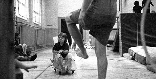 Kind in Turnhalle Bewegungsbaustelle